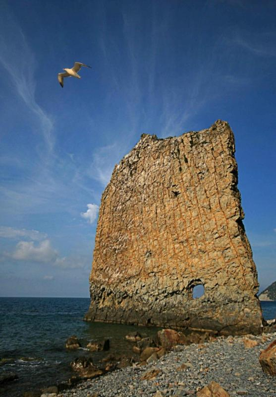 Скала Парус – расположена на берегу Черного моря